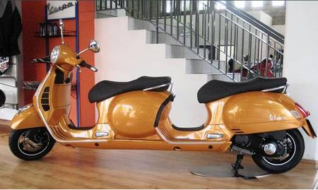 stretch_vespa_with_four_seats.JPG