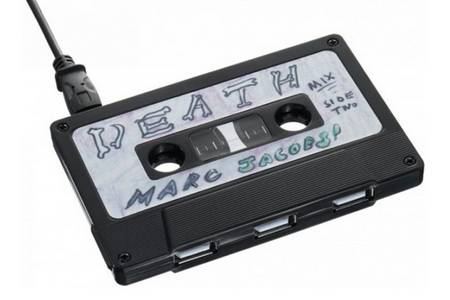 USB hub with the shape of cassette case