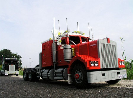 lego_optimus_prime_truck_1.jpg