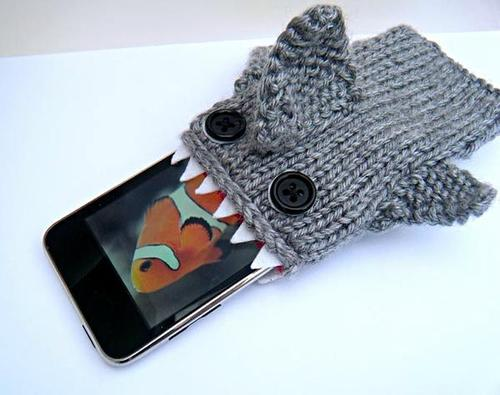 Put your iPhone into shark mouse