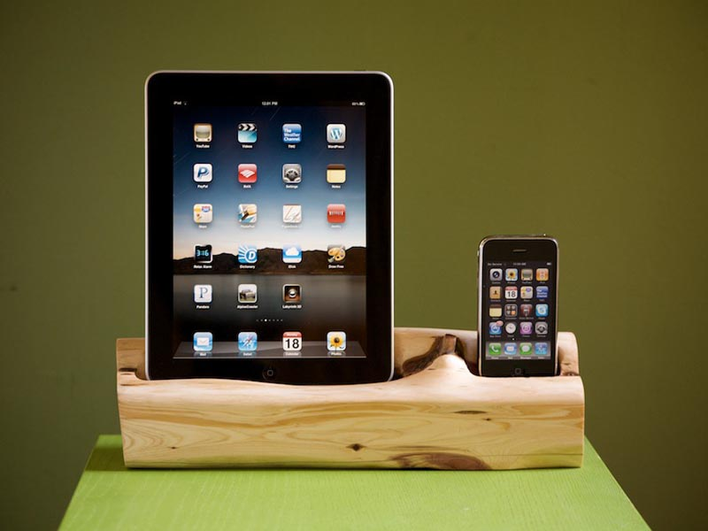 handmade wooden ipad iphone dual docking station gadgetsin. Black Bedroom Furniture Sets. Home Design Ideas