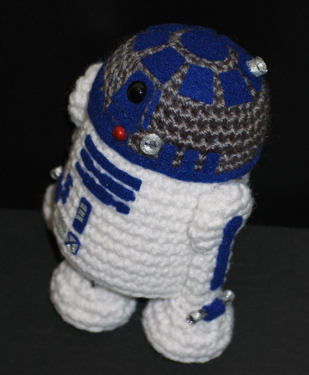 Free Crochet Patterns Amigurumi Star Wars : Make Your Own Star Wars R2-D2 Amigurumi Gadgetsin