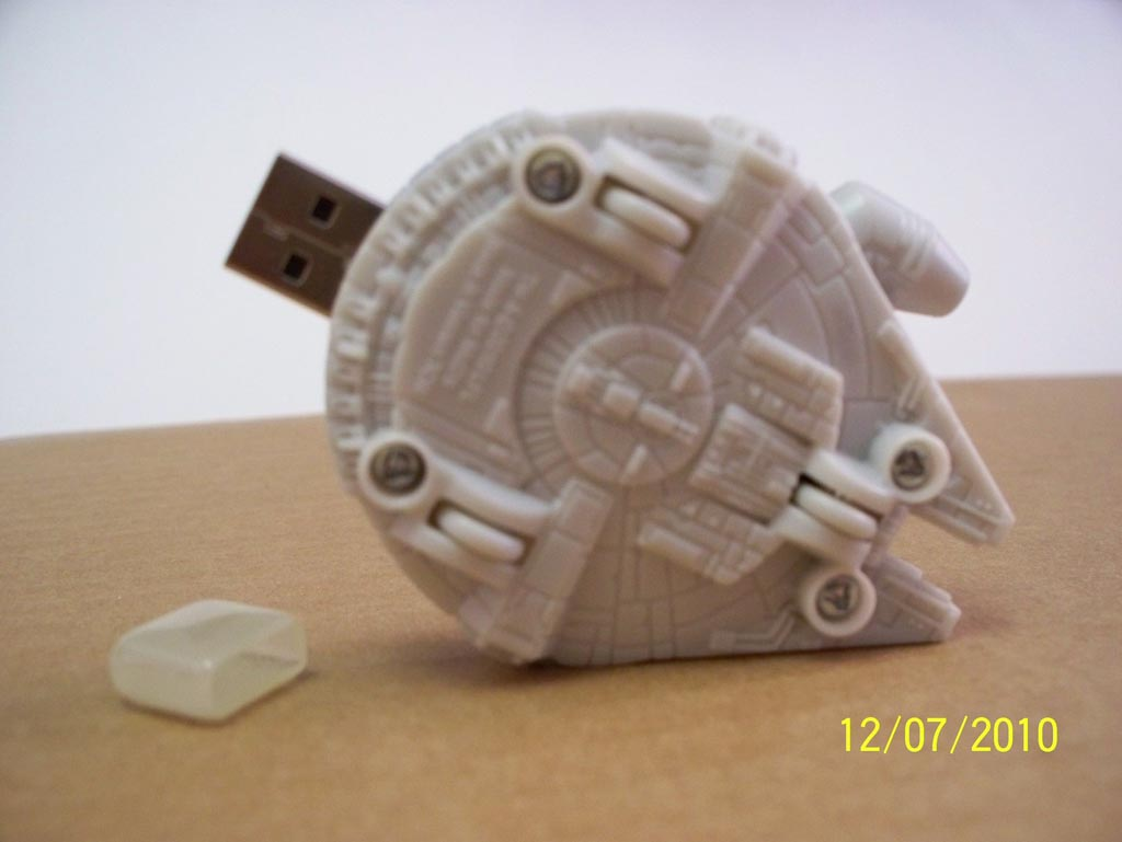 star wars millennium falcon usb flash drive gadgetsin. Black Bedroom Furniture Sets. Home Design Ideas