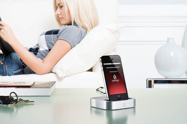 Iomega SuperHero iPhone Backup and Charge Station