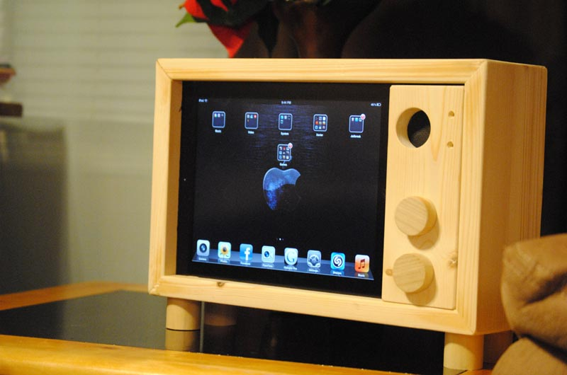 Handcrafted Retro Tv Styled Ipad Stand Gadgetsin