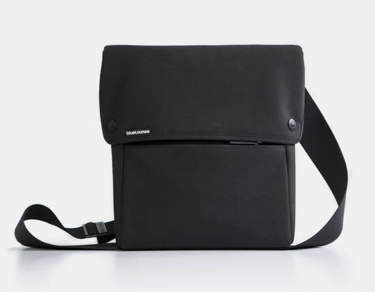 bluelounge_ipad_sling_bag_1.jpg