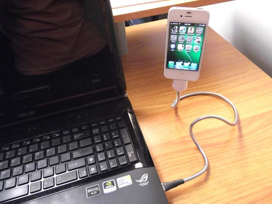 Une Bobine Sync & Charging Cable Doubles as iPhone Stand
