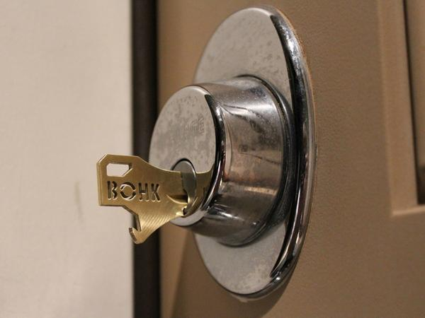 bohk house key with integrated bottle opener gadgetsin. Black Bedroom Furniture Sets. Home Design Ideas