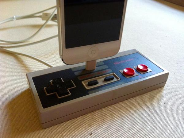 nes controller docking station for iphone 5 gadgetsin. Black Bedroom Furniture Sets. Home Design Ideas