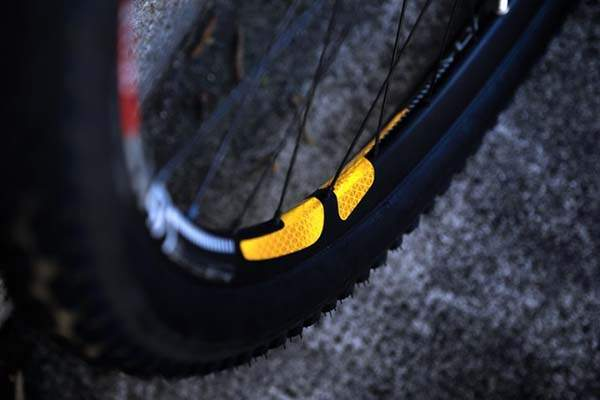 FLECTR 360 Wing Bike Reflector Keeps You Safe during Night Ride