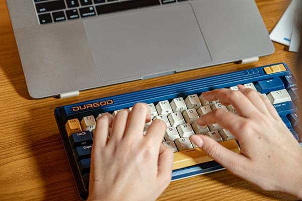 Durgod Fusion Wired & Wireless Mechanical Keyboard Brings 80's Design onto Your Desk