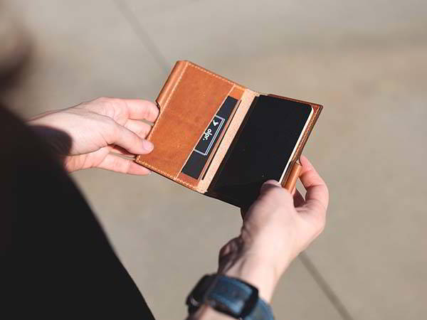 The Handmade Leather Card Wallet Supports Small Notebooks